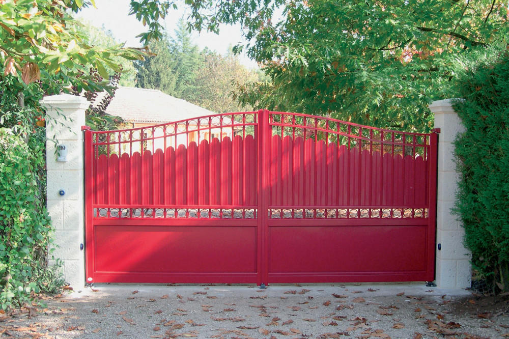 portail-battant-traditionnel-rouge